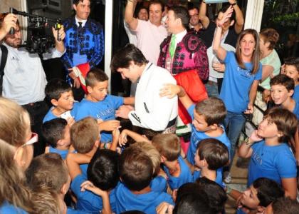 Andrés Romero y la Merced invitan a cien niños de Escacena a la corrida de rejones de la Feria de Colombinas